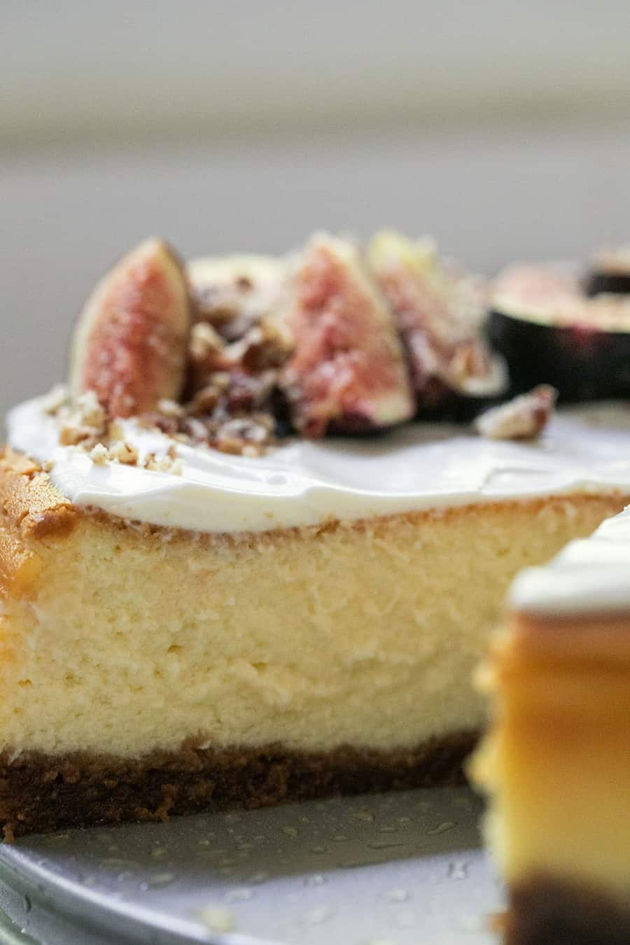 Cheesecake with sour cream frosting and figs