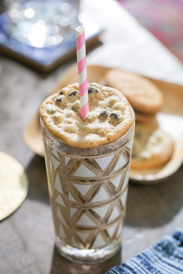 Cookie milkshakes with cookie lid and pink straws.