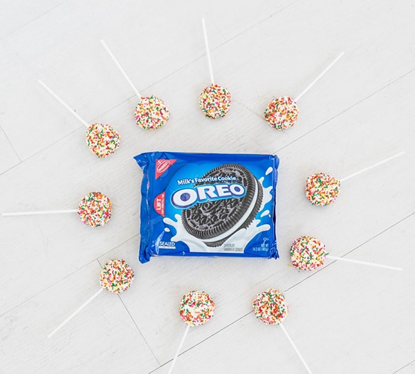 Oreos in the middle with lollipops around it.
