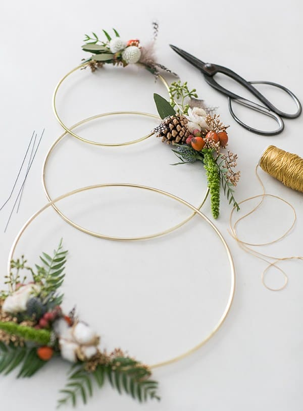 A modern three gold ring wreath