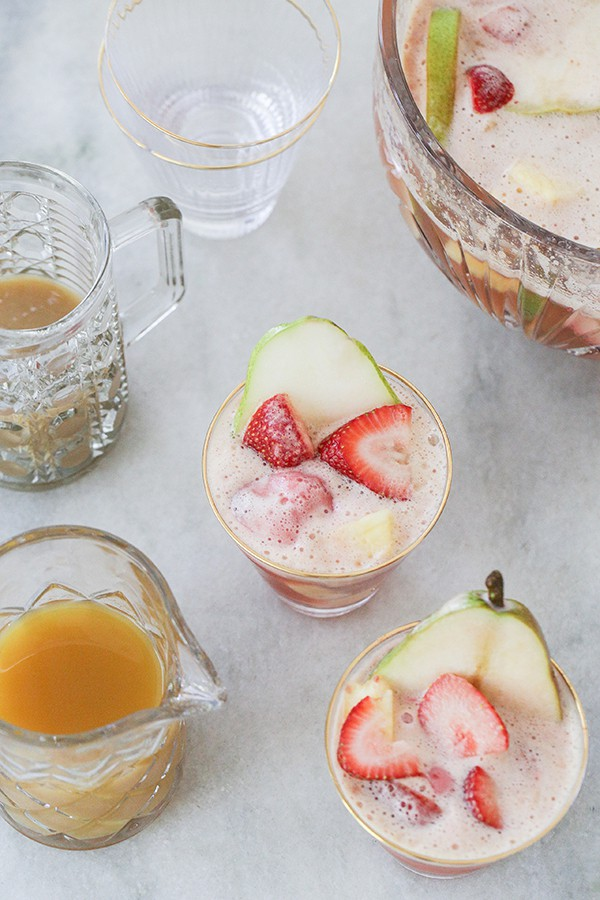 Cocktails with sliced fruit on cocktail cups