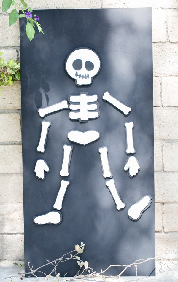 Kids Halloween Game DIY skeleton magnet board. Perfect for childrens halloween party.