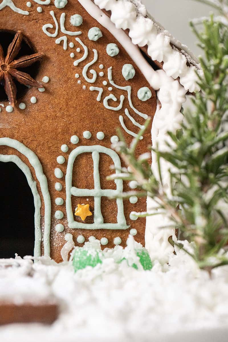 Close up photo of detailed frosting on a gingerbread house.