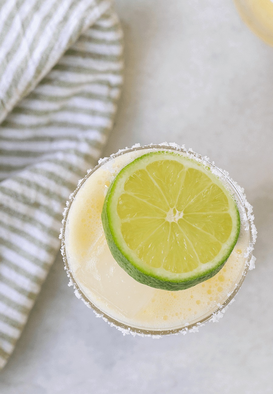 Classic margarita with a lime slice.