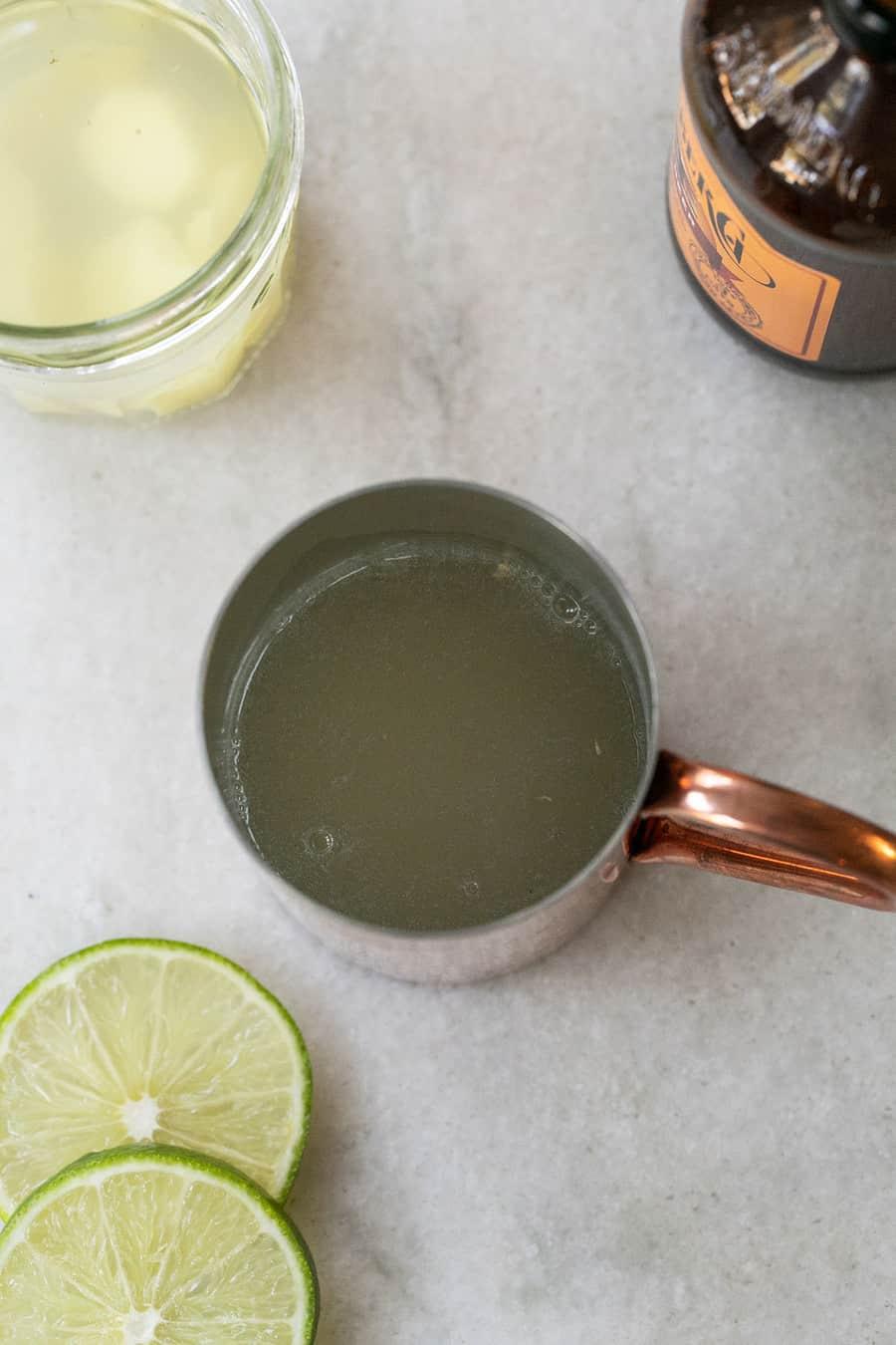 Bakır bir kupa içinde limon suyu ve votka.
