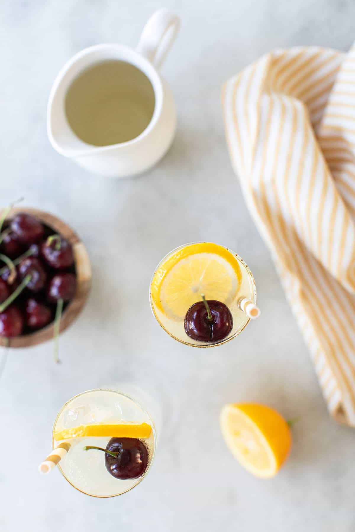 Cocktails with lemon slice