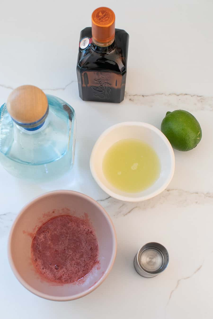 Tekila, limon suyu, margarita yapmak için basit şurup