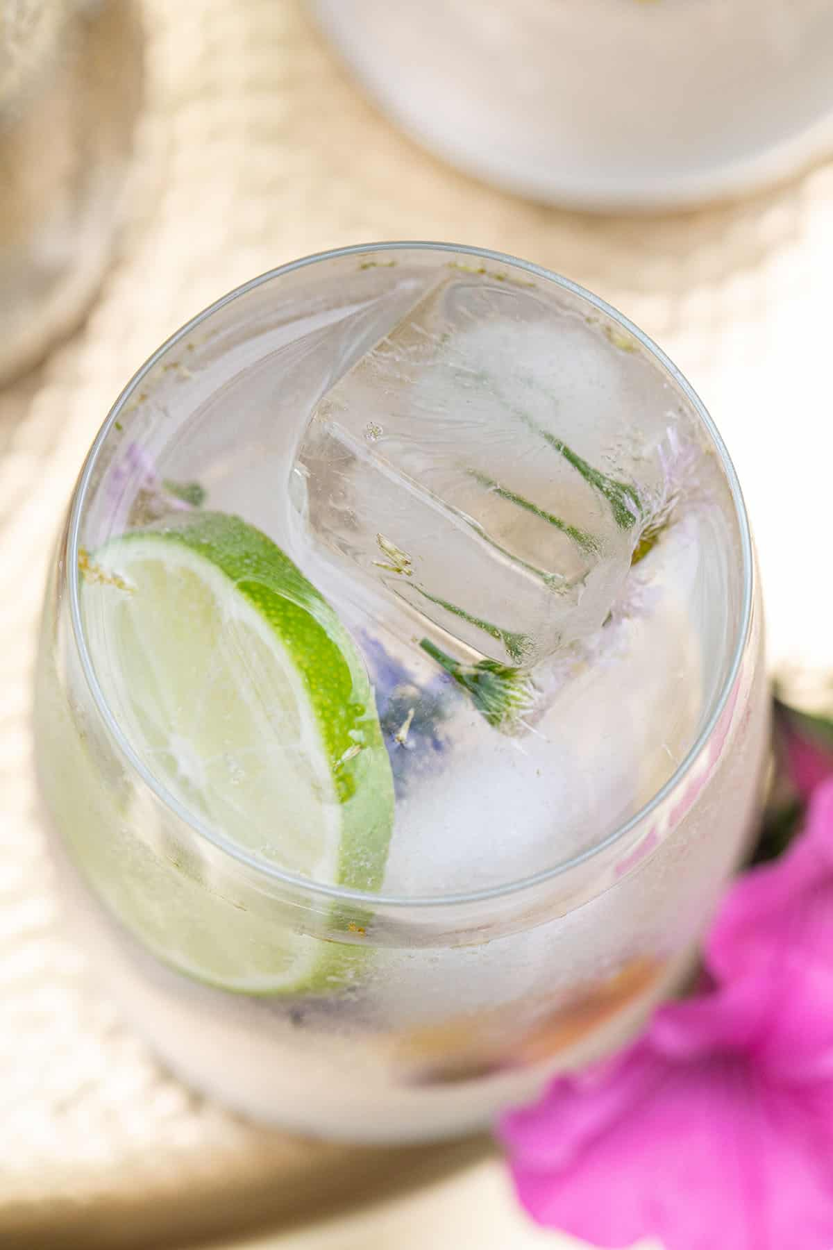 low calorie cocktail with lime and club